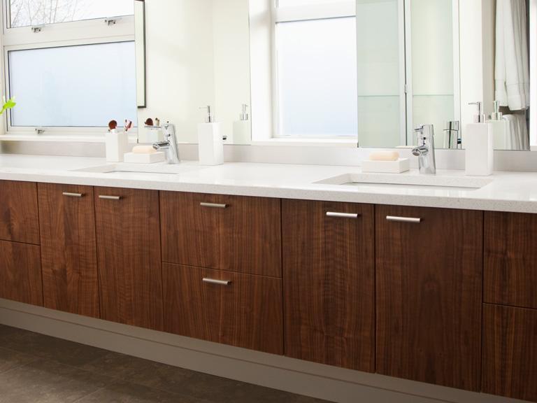 Elegancka łazienka zdrewnianymi szafkami