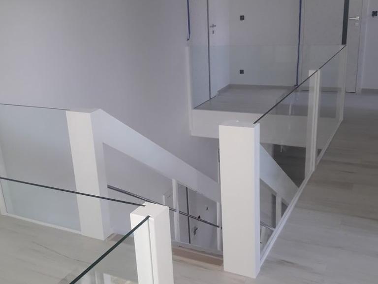 Pierwsze piętro ze schodami nadół
